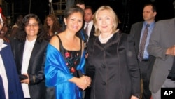 Cambodian parliamentarian and human rights leader Mu Sochua meets with US Secretary of Sate Hillary Clinton during a Vital Voices Global Leadership Awards event in Washington, DC on April 12, 2011.