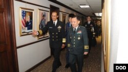 세실 헤이니 미 전략사령관이 12일 네브라스카의 전략사령부를 방문한 이순진 한국 합참의장을 안내하고 있다 (전략사령부 제공)