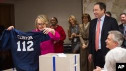 Коллеги подарили Хиллари Клинтон шлем для игры в американский футбол с эмблемой Госдепартамента и футбольный свитер с номером 112