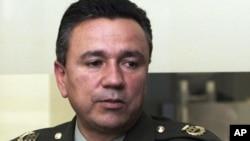 Por voluntad propia el general colombiano viajó en un avión de la DEA hacia Estados Unidos, para responder por presuntos nexos con narcotraficantes.