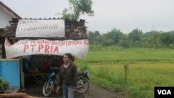Posko perjuangan warga desa Lakardowo menolak pabrik pengolahan limbah B3 di sana (foto: VOA/Petrus Riski)