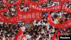 """2018年6月3日,高考之前,中國河南省駐馬店一所高中的畢業典禮上,學生打出的標語有""""全村的希望""""""""青春張揚""""""""數我最強""""。"""