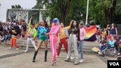 Para peserta Women's March Jakarta berkumpul di Taman Aspirasi Monas, Jakarta, Sabtu (27/4). (Foto: VOA/Sasmito)