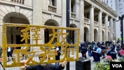 香港市民吳先生2月1日手持標語到終審法院外聲援壹傳媒創辦人黎智英。(美國之音 湯惠芸拍攝)