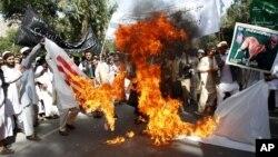 Sinh viên đại học Afghanistan đốt cờ Mỹ trong cuộc biểu tình tại thị trấn Surkhrod trong tỉnh Nangarhar, ngày 19/8/2012