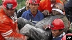 2011年8月30日黑龙江省七台河恒泰煤矿矿难中的幸存者(资料照片)