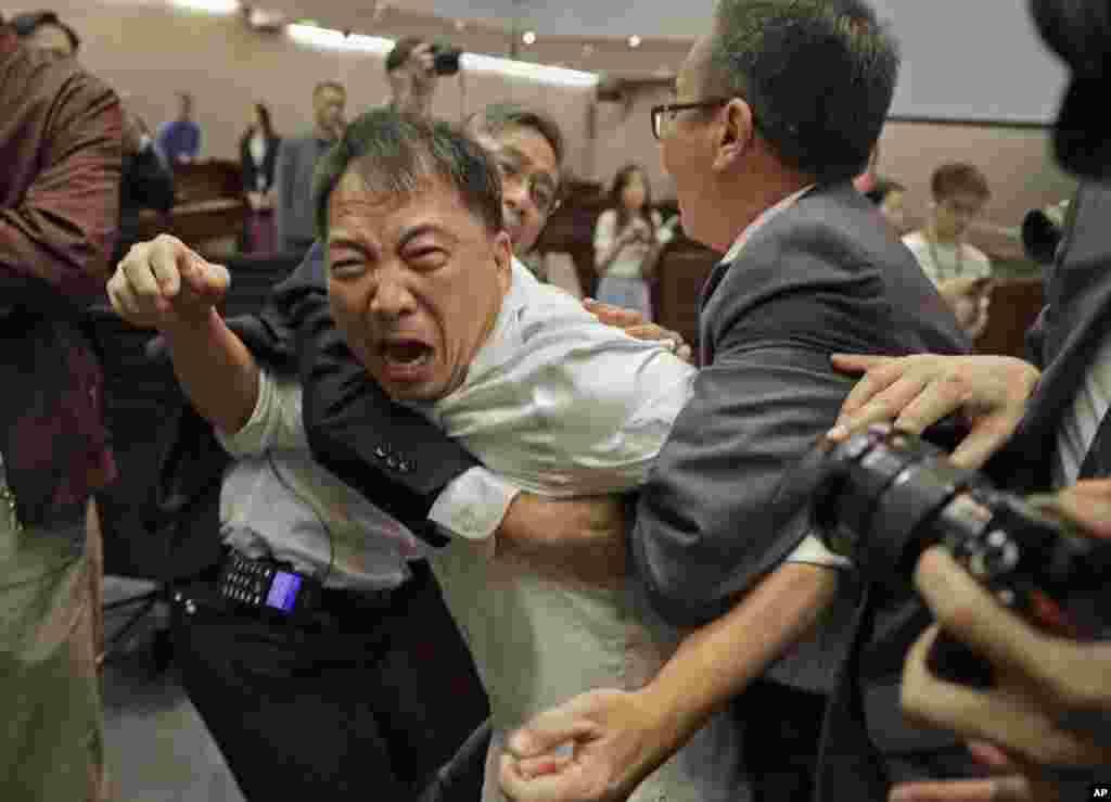 یکی از نمایندگان طرفدار دموکراسی در مجلس قانون گذاری هنگ کنگ به شدت با ماموران امنیتی در مجلس درگیر شد.
