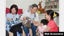 Thủ tướng Đài Loan Trương Thiện Chính (giữa) và cô Ngo Thi Dam (phải). Ảnh chụp màn hình trang web focustaiwan.tw