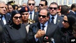 Presiden Mesir Abdel-Fattah el-Sissi (tengah) berbicara dalam pemakaman Jaksa Agung Hisham Barakat (30/6).