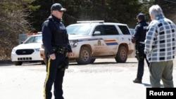 Sebuah mobil kepolisian Kanada tampak di Jalan Portapique Beach untuk mencari tersangka pelaku penembakan massal di Portapique, Nova Scotia, Kanada, 19 April 2020.