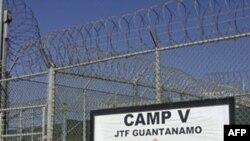 Lối vào trại giam Guantanamo của Hoa Kỳ ở Vịnh Guantanamo, Cuba