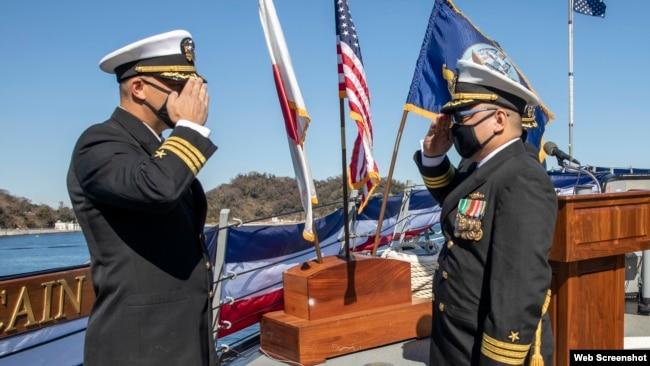 Trung tá Tín Trần (phải) và Chỉ huy tàu USS John S. McCain (DDG 56) Ryan T. Easterday tại buổi lễ trao quyền điều hành con tàu hôm 19/2/2021.