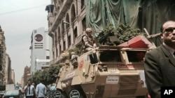 Soldados patrullan una avenida cerca de una iglesia en el centro de El Cairo después que 45 personas perecieron en dos ataques terroristas el Domingo de Ramos en el Delta del Nilo.