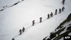 Архив: пакистанские солдаты доставляют продовольствие на высокогорную базу