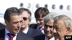 Bộ trưởng Quốc phòng lâm thời Libya Mohammed Dfeynas (phải) chào đón Tổng Thư Ký NATO Anders Fogh Rasmussen tại sân bay Tripoli trong chuyến thăm bất ngờ của ông đến Libya, 31/10/2011