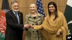 ລັດຖະມົນຕີຕ່າງປະເທດອັຟການິສຖານ ທ່ານ Zalmai Rassoul, ລັດຖະມົນຕີຕ່າງປະເທດສະຫະລັດ ທ່ານນາງ Hillary Clinton ກັບ ລັດຖະມົນຕີການຕ່າງປະເທດປາກິສຖານ ທ່ານນາງ Hina Rabbani Khar ຈັບມືກັນ ກ່ອນກອງປະຊຸມກຸ່ມ Core Group ທີ່ໂຕກຽວ ຍີ່ປຸ່ນ, ວັນທີ 8 ກໍລະກົດ 2012.