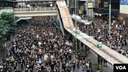 香港民主派組織民間人權陣線發起大遊行,要求港府正式撤回《逃犯條例》,以及設立獨立委員會調查警民衝突。 (2019年7月21日)
