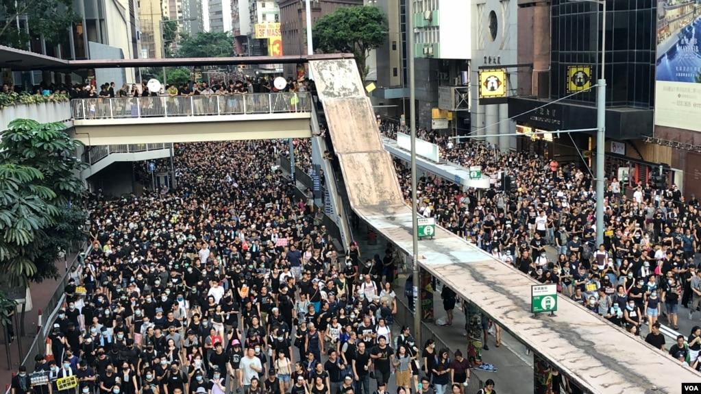 Cuộc tuần hành của người Hong Kong hôm 21/7.