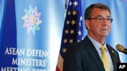 4일 말레이시아에서 열린 아세안 국방장관 확대회의에서 애슈턴 카터 미 국방장관이 기자회견을 하고 있다. (자료사진)