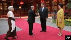 លោកប្រធានាធិបតី Xi Jinping និងភរិយា Peng Liyuan ស្វាគមន៍ព្រះមហាក្សត្រសម្តេចព្រះបរមនាថ នរោត្តមសីហមុនី និង ព្រះមហាក្សត្រិយានី សម្តេចម៉ែ នរោត្តម មុនីនាថសីហនុ នៅទីក្រុងប៉េកាំង ថ្ងៃទី១៩ ខែកញ្ញា ឆ្នាំ២០១៨។