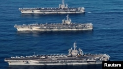 Tiga kapal induk AS, USS Ronald Reagan (CVN 76), USS Theodore Roosevelt (CVN 71) dan USS Nimitz (CVN 68) saat beroperasi di perairan internasional di Pasifik barat, 12 November 2017. (Foto: dok).