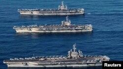 Tư liệu - Các tàu sân bay USS Ronald Reagan (CVN 76), USS Theodore Roosevelt (CVN 71) and USS Nimitz (CVN 68) trong vùng biển quốc tế trong cuộc diễn tập 3 tàu sân bay ở Tây Thái Bình Dương. Courtesy James Griffin/U.S. Navy/Handout via REUTERS/File Photo