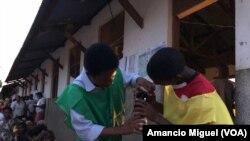 Dois funcionários abastecem uma lamparina numa assembleia de voto em Wimby, Cabo Delgado. Moçambique, 15 de Outubro, 2019
