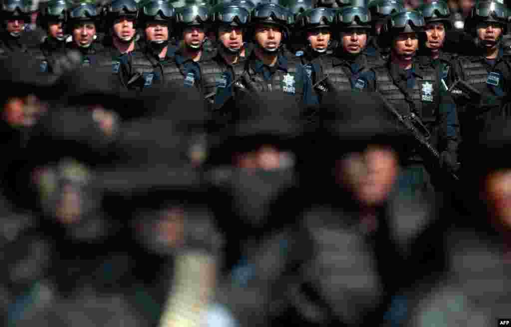 2 tháng 6: Cảnh sát liên bang Mexico diễn hành nhân Ngày Cảnh Sát Quốc Gia tại Mexico City. (Reuters)