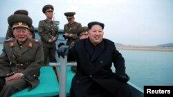 북한 김정은 국무위원장이 서해 백령도에서 가까운 마합도의 포병부대를 찾아 포사격 훈련을 지도했다고 조선중앙통신이 11일 전했다.