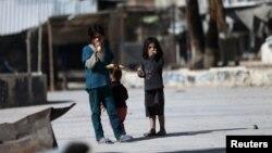 Duma'da mısır yiyen Suriyeli çocuklar. Duma Şam yakınlarında isyancıların elinde bir bölge