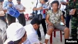 Seorang nelayan Vietnam mendapat perawatan medis setelah kapalnya diduga ditabrak dan tenggelam (29/5).