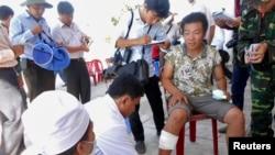 5月29日一名受傷越南漁民上岸後接受治療