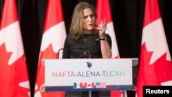 FILE - कनाडा के विदेश मंत्री क्रिस्रीया फ्रीलैंड, मॉन्ट्रियल, क्यूबेक, कनाडा, जनवरी 29, 2018 में नाफ्टा पुनर्विचार के बाद मीडिया से बात करते हैं।