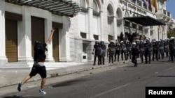 希臘示威者向警察投擲石塊