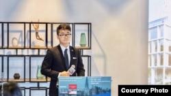Simon Cheng 在英國駐港總領事館參與投資暨貿易政策說明會上(照片來源: 鄭文傑2018年11月15日臉書貼文)