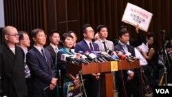 多名離場抗議特首林鄭月娥打壓記者的民主派議員會見傳媒。(美國之音特約記者 湯惠芸拍攝 )