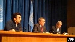 Роберт Махони (в центре)