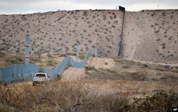 美国边界巡逻人员驶过美国和墨西哥之间边界的栅栏(资料图)