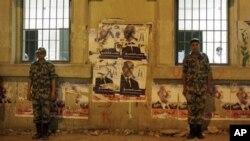 埃及軍人在選舉點票站前站崗。