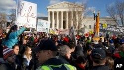 Demonstran anti-aborsi melakukan protes di depan kantor Mahkamah Agung AS di Washington DC (foto: dok).