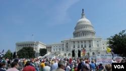 2013年9月25日,茶党民众在国会前抗议奥巴马医保改革。(美国之音 杨晨拍摄)
