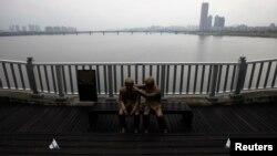 Bức tượng một người đang an ủi một người khác đặt trên Cầu Mapo, trên sông Hàn ở Seoul, Nam Triều Tiên nhằm quảng bá một thông điệp về cuộc sống và niềm hy vọng tại chiếc cầu nổi tiếng với lý do không ai muốn - đó là những người muốn tự tử thích tìm đến đó