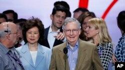 在美国共和党代表大会上,赵小兰和丈夫、美国国会参议院多数党领袖麦康奈尔和众议院议长瑞安(后排,中)在一起(2016年7月17日)