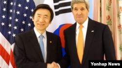 뮌헨안보회의 참석 차 독일을 방문 중인 윤병세 한국 외교부 장관(왼쪽)과 존 케리 미국 국무장관이 7일 양자회담에서 악수하고 있다.
