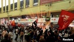 2月6日﹐巴西數百名抗議者在里約熱內盧一座主要車站跟警察發生衝突。抗議公交車和火車的票價大幅度上漲。