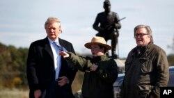 도널드 트럼프 미국 대통령(왼쪽)이 공화당 후보 시절인 지난 2016년 10월 스티브 배넌(오른쪽) 선거운동본부장과 함께 게티스버그 국립공원을 방문했다.