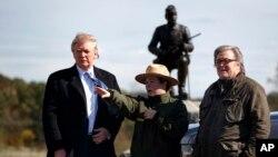 도널드 트럼프 미국 대통령 당선인(왼쪽)이 공화당 후보 시절인 지난달 22일 스티브 배넌(오른쪽) 선거운동본부장과 함께 게티스버그 국립공원을 방문했다.