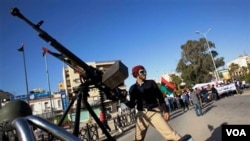 Pasukan pemberontak Libya (atas) kehilangan lintasan perbatasan yang direbut oleh pasukan pro-Gaddafi.