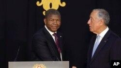 Le président du Portugal Marcelo Rebelo de Sousa (à dr.) et son homologue angolais Joao Lourenco se serrent la main à l'issue d'une conférence de presse commune au palais présidentiel de Belém à Lisbonne, jeudi 22 novembre 2018.