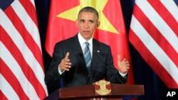Presiden AS Barack Obama memberikan pidato pada konferensi pers di Hanoi, Vietnam hari Senin (23/5).